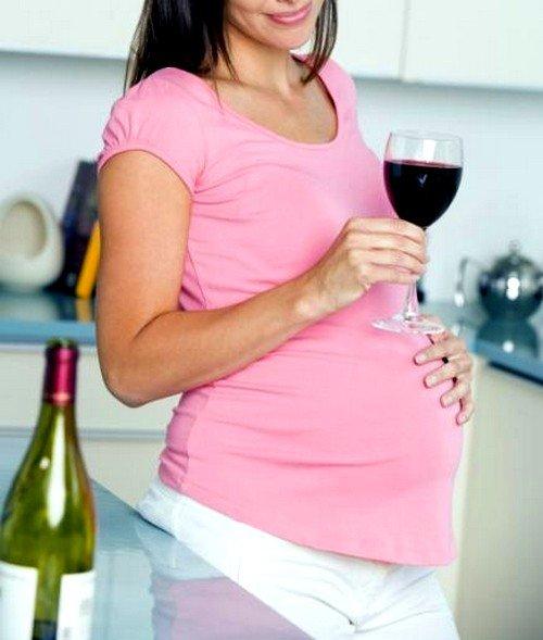 Спиртное оказывает не только губительное действие на развитие плода, но и на внутренние органы матери, которые берут непосредственное участие в течении беременности