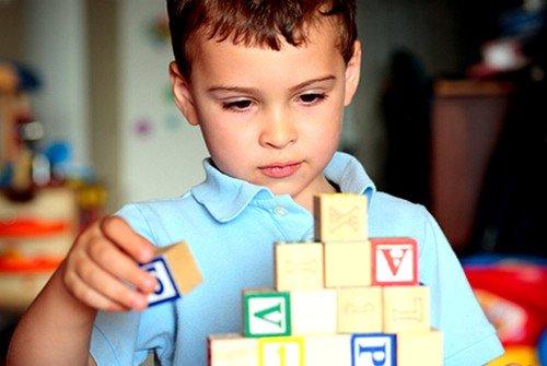 При аутизме  ребенок не в состоянии выполнять какие-либо действия его сверстников