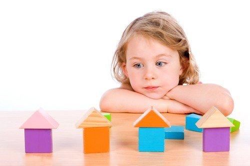 Тяжелая форма способна полностью нарушать работу головного мозга, что негативно сказывается на развитие ребенка и его общении