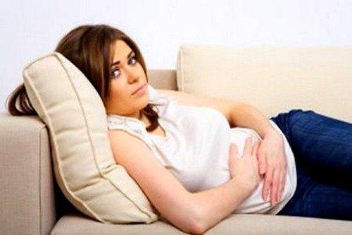 При хронической болезни наблюдаются тяжесть, давление, дискомфорт в правом подреберье