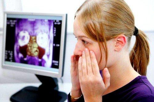 При фронтите наблюдается острая боль в районе глаз и вокруг носа