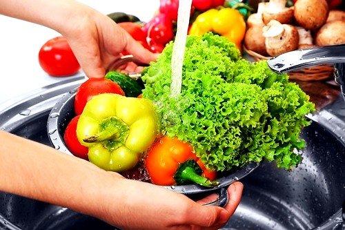 Необходимо тщательно мыть фрукты и овощи
