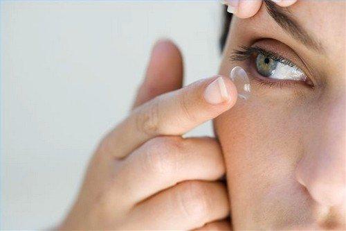 Ношение контактных линз может привести к синдрому сухого глаза