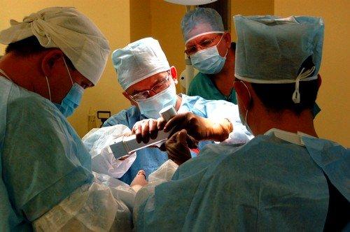 Удаление копчиковой кисты при помощи операции проводится как под местным, так и под общим наркозом