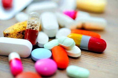 При лечении применяются нестероидные противовоспалительные средства и препараты на основе транексамовой кислоты