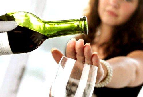 Алкоголь на ранних сроках беременности особенно опасен, поскольку именно в первом триместре происходит формирование плода, начинают развиваться его органы и системы