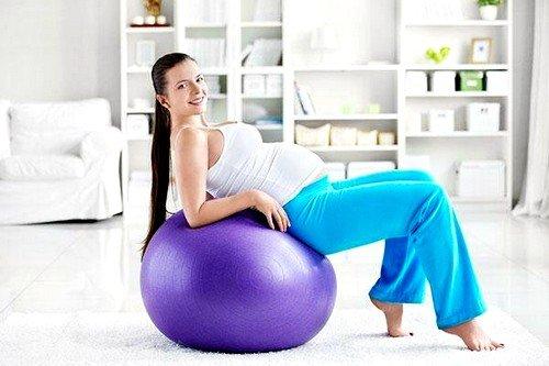 Сведения ног на фитболе помогут укрепить мышцы промежности и подготовить организм к родовой деятельности