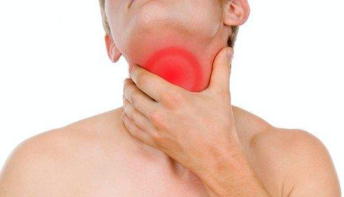 Отечность горла характеризуется воспалением стенок гортани, сужением горлового канала и сильными болевыми ощущениями