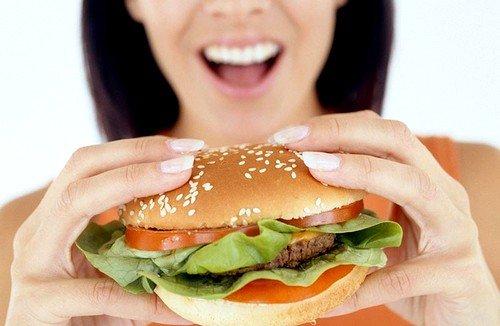 неправильное питание, насыщенное быстрыми углеводами и сахарами, с дефицитом клетчатки способствует развитию диабета