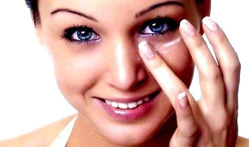 Часто мешки под глазами у женщин появляются из-за чрезмерного использования косметических средств
