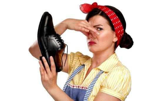 обувь, выполненная из некачественных дешевых материалов может быть причиной появления запаха ног