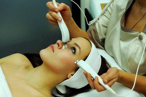 Во время проведения процедуры омоложения фонофорезом происходит глубокий прогрев клеток кожи, что улучшает ее питание и повышает упругость лицевых мышц
