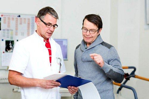 Специалист может поставить правильный диагноз, исходя из места локализации воспалительного процесса и дополнительных симптомов кисты копчика