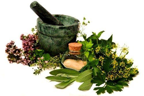 знахари рекомендуют применять отвары на основе лекарственных трав: одуванчика, чистотела, чайного гриба, зеленых листьев грецкого ореха