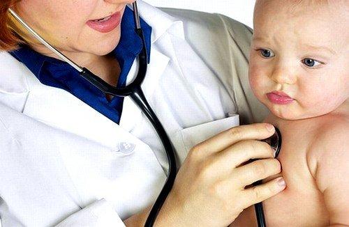 Прежде чем начать лечить насморк у грудничка, Комаровский, известный врач педиатр, рекомендует определить природу его возникновения