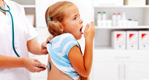 Кашель у детей представляет собой защитный рефлекс, который помогает очистить бронхи и легкие от вредного экссудата или инородных тел