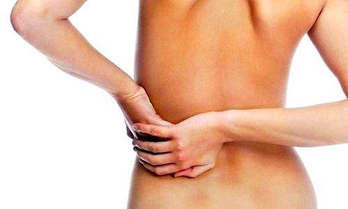 Чаще всего пациенты жалуются на острую боль, которая становится все сильнее при резком повороте тела