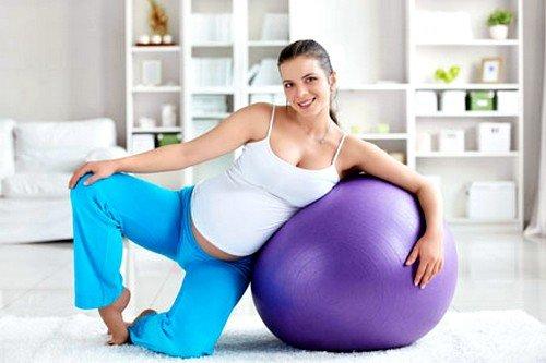 В 1 триместре упражнения для беременных можно выполнять на фитболе