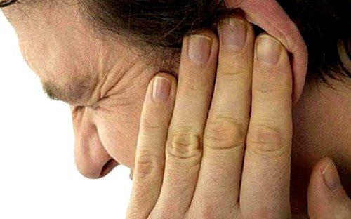 При средней степени теплового удара наблюдается заложенность в ушах, учащенный пульс и дыхание