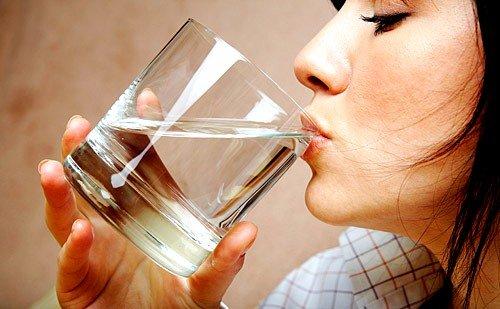 рекомендуется пить хотя бы 6-7 стаканов очищенной воды в день