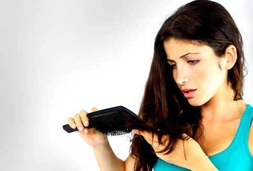 У здорового человека волосы растут и понемногу выпадают постоянно