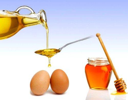 Улучшить общее состояние волос, укрепить их и заметно уменьшить их выпадение поможет медово-яичная маска