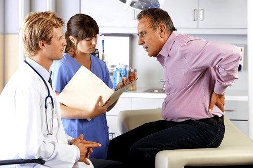 Первоначально на приеме у врача собираются сведения о симптомах больного
