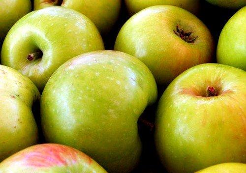 Употребление яблок зеленых сортов делает бюст более упругим
