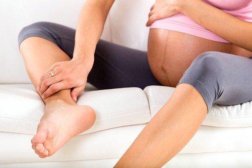проблема с венами из-за гормональных изменений при беременности может способствовать отечности ног