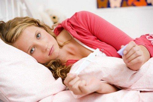 У некоторых женщин первым признаком ранней беременности до месячных является небольшое количество крови, которое появляется один раз в момент имплантации
