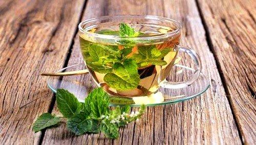 Мятный чай имеет мягкое успокаивающее воздействие на психику и нервную систему