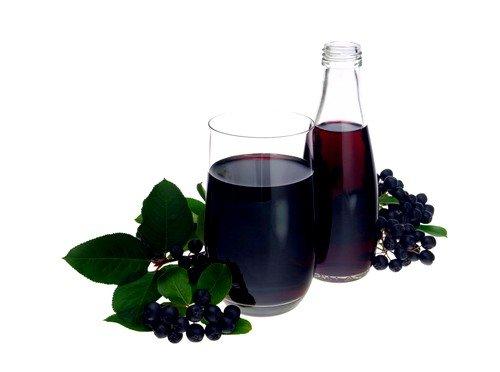Спелые ягоды выделяют яркий красно-синий сок, который окрашивает руки