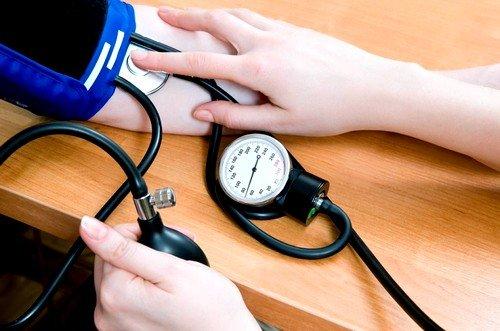 Признаком внематочной беременности при обильном кровотечении станет снижение АД