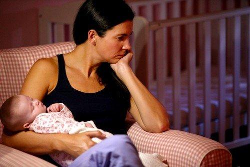Постоянное чувство неудовлетворенности у матери приводит к разрушению сильной эмоциональной связи между ней и малышом