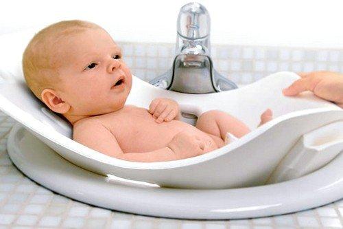 Оптимальная температура воды для купания новорожденного младенца позволит избежать негативных эмоций