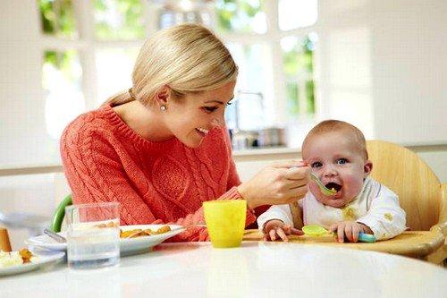 Грудничок срыгивает после каждого кормления по причине короткого пищевода, неразвитого мышечного клапана между пищеводом и желудком, мышечной слабости желудочных стенок и так далее