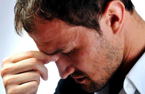При ларингите появляется слабость, головная боль, быстрая утомляемость