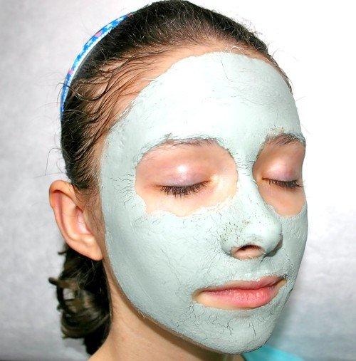 Голубая глина часто используется в качестве основы для маски, в которую добавляются биологически активные ингредиенты