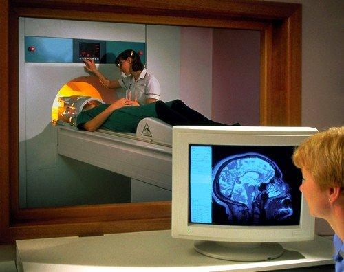Подготовка к МРТ головного мозга включает в себя полное избавление от ювелирных украшений, часов, слуховых аппаратов и любых других изделий, где может присутствовать металл