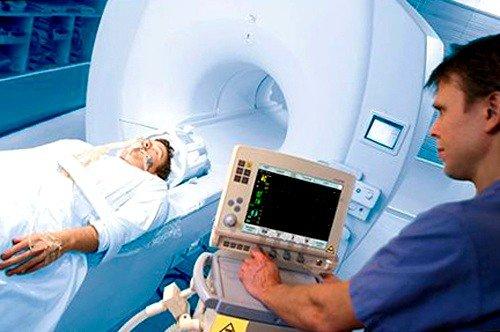 Одежда пациента в момент диагностики не должна содержать металлических элементов, необходимо снять все украшения и аксессуары