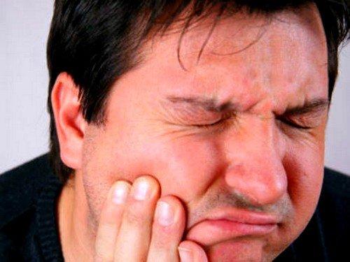 Киста нередко приводит к гнойному воспалению, расплавлению кости, хроническому гаймориту, формированию абсцесса или флегмоны шеи