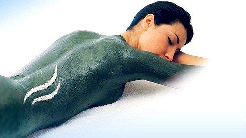 Для антицеллюлитных обвертываний с голубой глиной в домашних условиях готовят большое количество лечебной массы