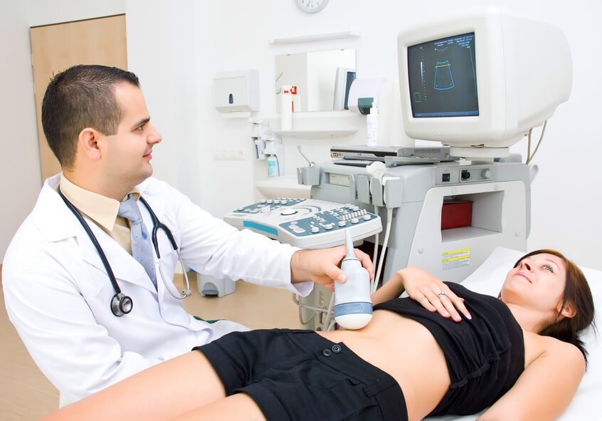 Обследование пациентки на наличие кисты шейки