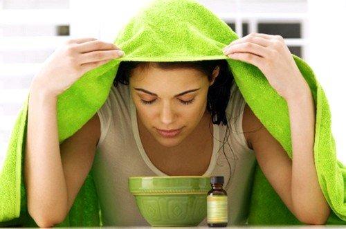 Лучший эффект очищения кожи от угревой сыпи с помощью глины достигается, если лицо было перед нанесением распарено