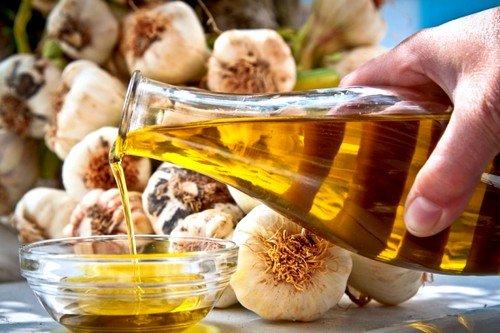 Произвести снижение холестерина народными средствами быстро поможет чесночное масло