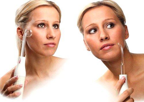 Действие массажера заключается в воздействии тока на кожу, которое сочетается с высокими частотами