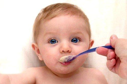 Почему ребенок срыгивает после кормления фото