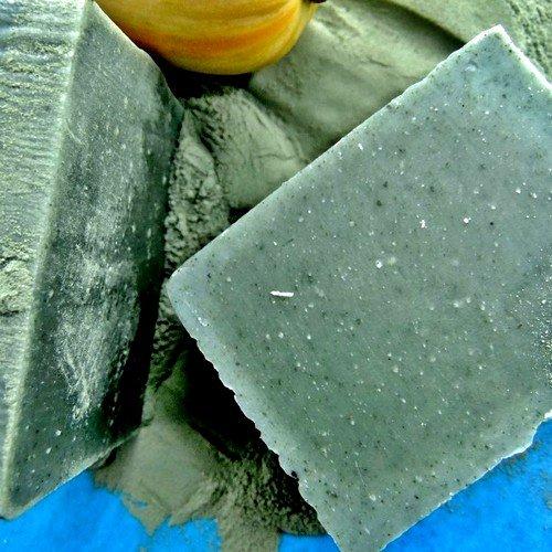 Голубая глина для лица после применения оказывает благотворное воздействие на кожу лица и при регулярном использовании значительно улучшает состояние жирной, склонной к угревой сыпи кожи