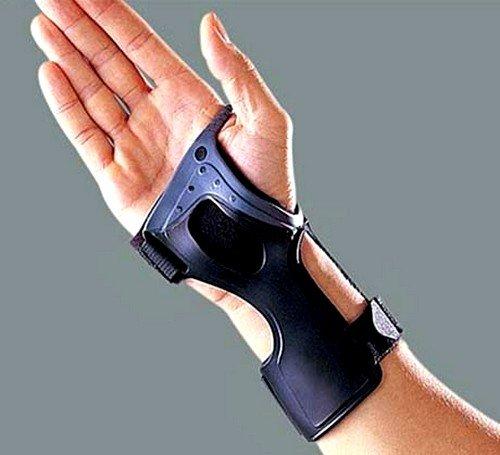 Во время медикаментозной терапии больному следует носить специальную шину на запястье