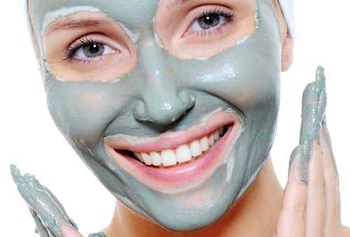 Когда маска в процессе массажа начинает подсыхать, ее можно увлажнять, добавляя еще слой массы или орошая теплой водой